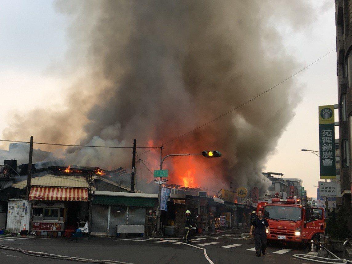苗栗縣苑裡鎮為公路旁的公有市場清晨發生大火。圖/苑裡鎮民代表孟文源提供