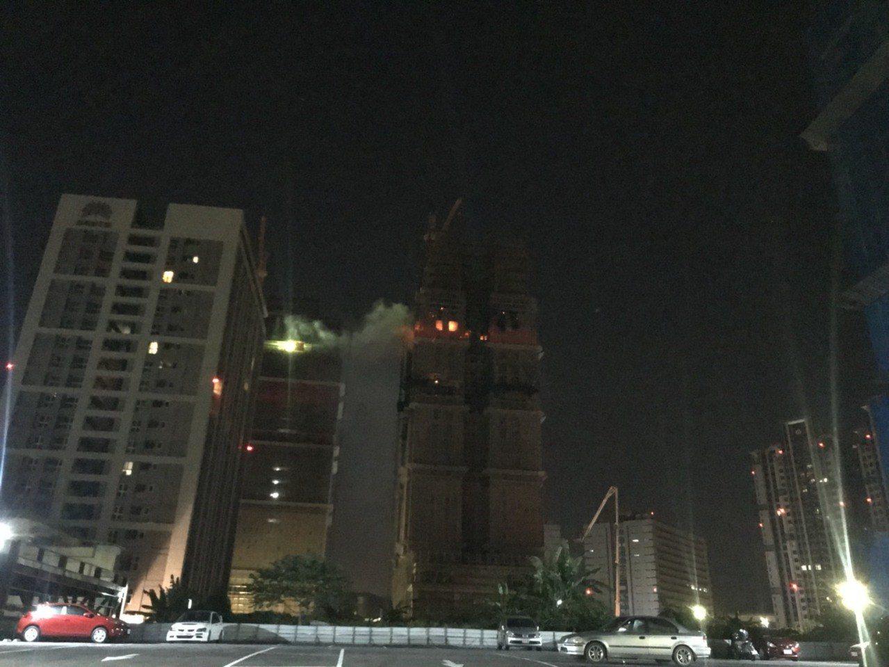 新北市新莊區中央路736號對面工地24樓建築物的15、16樓昨晚全面燃燒,且向上...