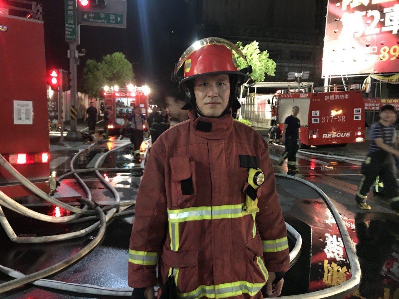 新北市消防局第二大隊副大隊長林世明昨晚率員衝入火場。記者袁志豪/攝影
