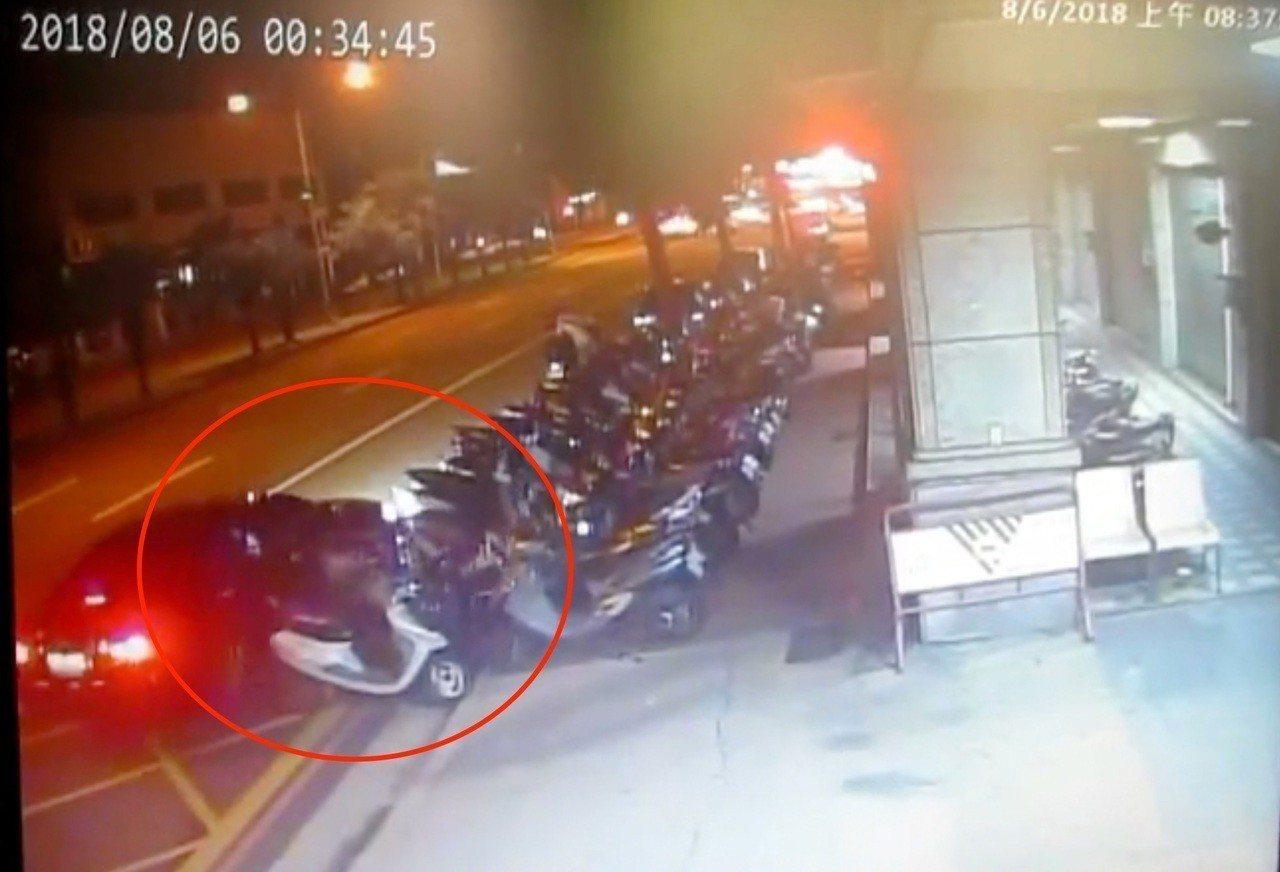 台中市吳姓男子8月間開車撿手機時,撞上路旁4輛機車後逃逸,警方循線通知他到案說明...