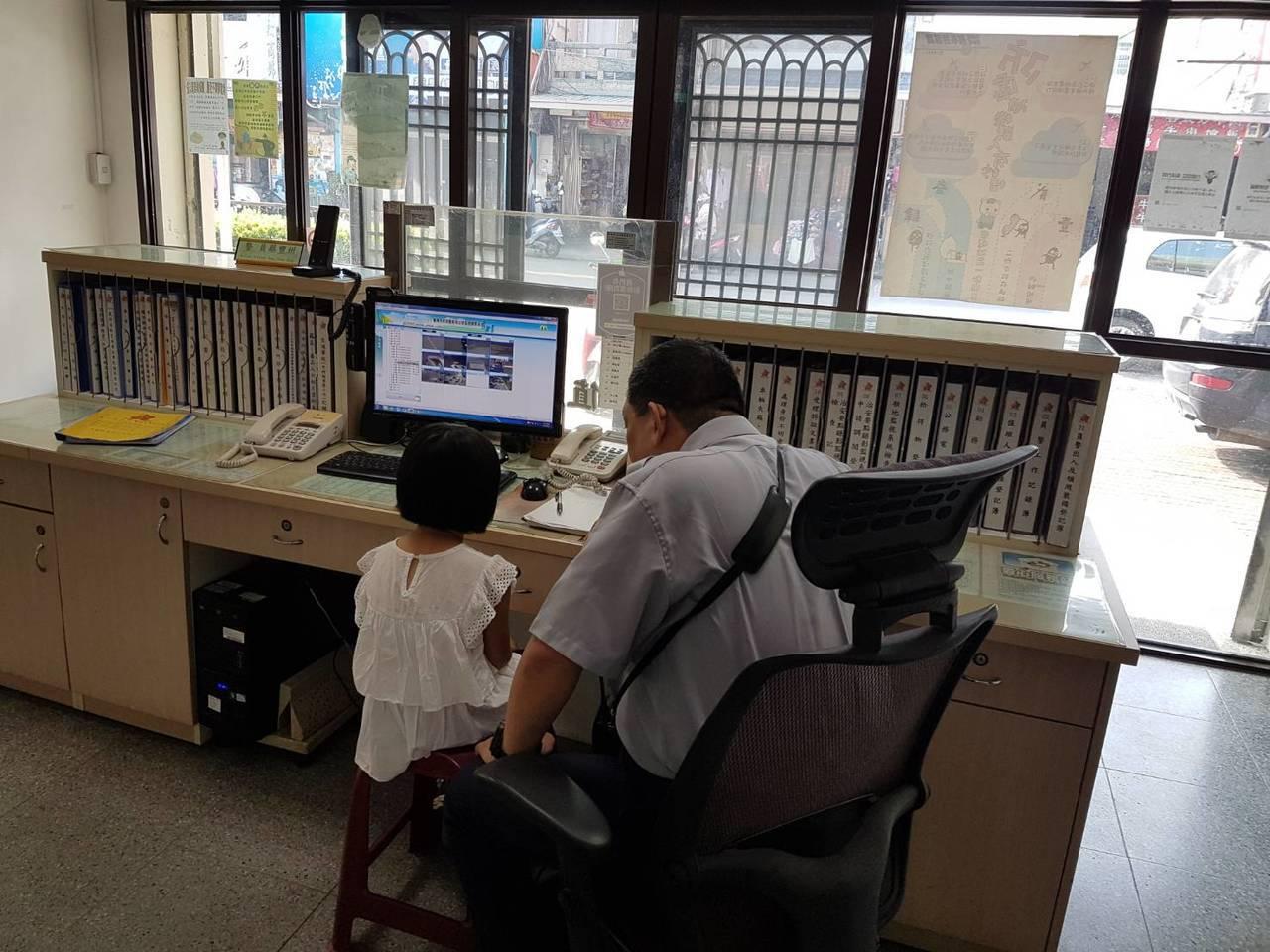 7歲女童被丟包善心民眾送到派出所,員警蔡豐州安撫女童。圖/記者周宗禎翻攝