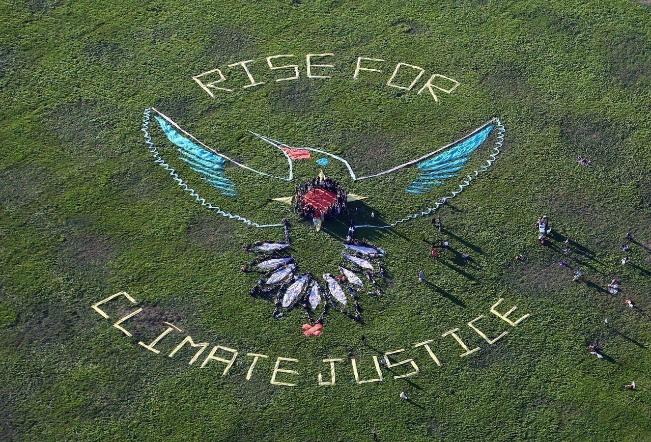全球原住民領袖和支持者在舊金山排出巨幅圖案,呼籲各界為氣候正義與原住民權益出力。...