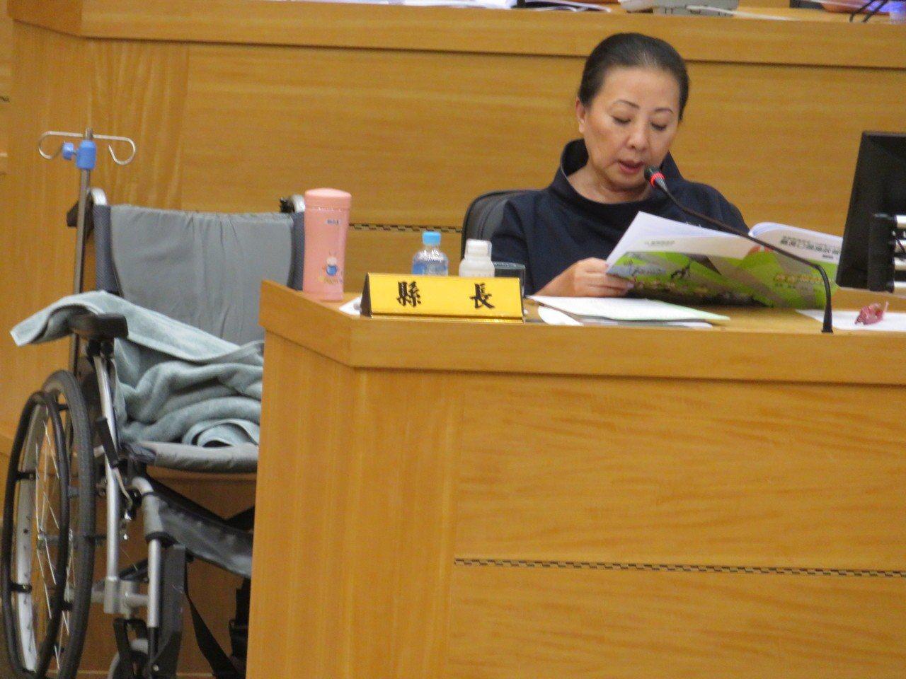 嘉義縣長張花冠年底卸任,今天上午最後一次在議會施政報告,她因823水災勘災右腿涉...
