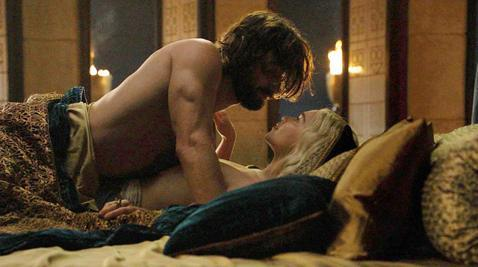 HBO與姐妹台Cinemax在北美是需要另外付費訂購的頻道,一度很重視夜間成人節目,試圖藉更多的「看點」吸引觀眾成為訂戶,尤其Cinemax夜間11點之後曾經連續多年都由床戲不斷、男女全裸激情場面層...