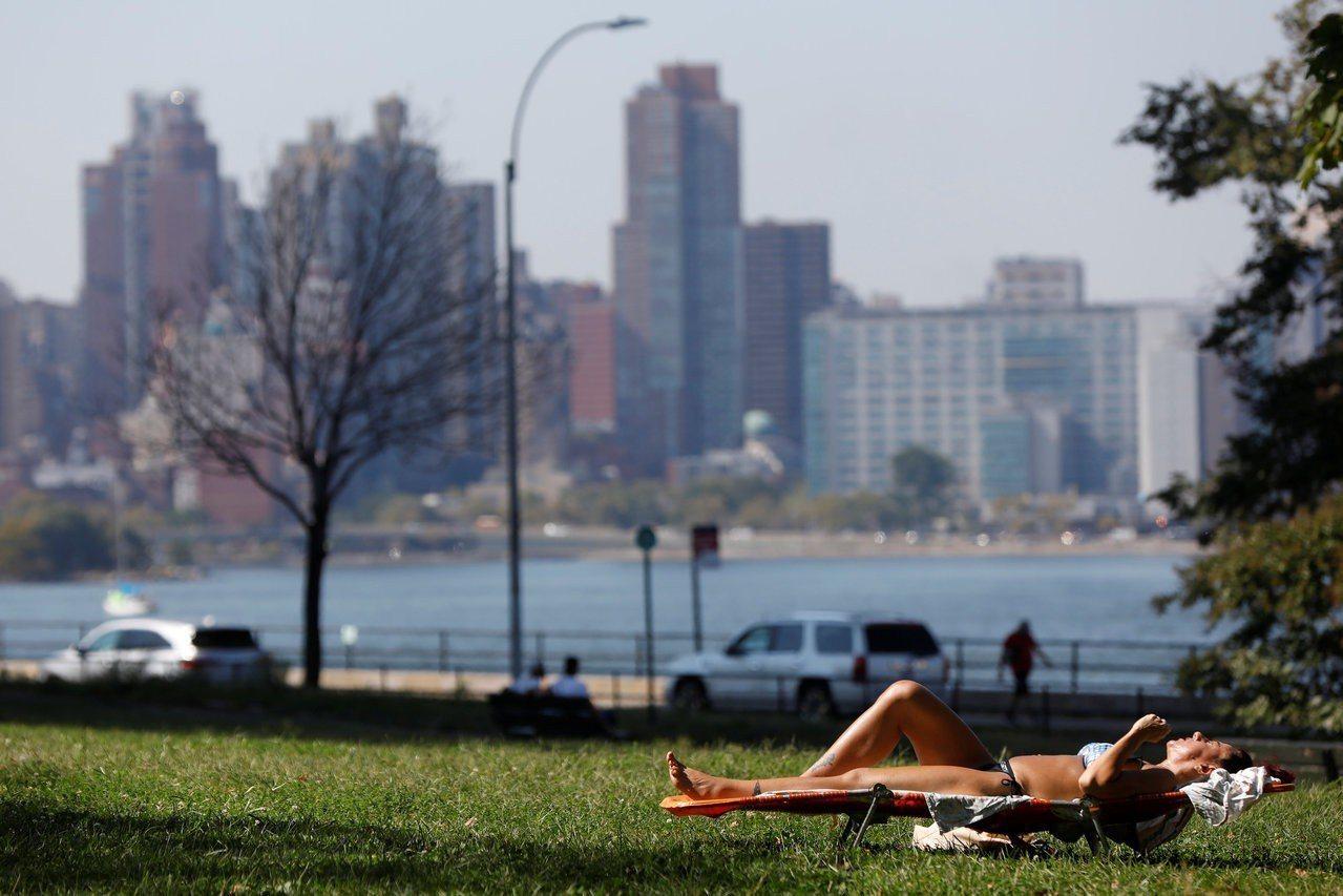 倡議人士呼籲,美國市鎮應確保每位居民從住家走路10分鐘可到公園,圖為一名女性在紐...