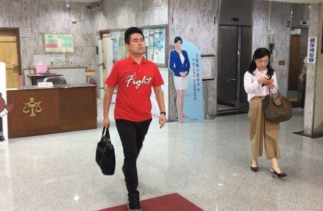 王炳忠、周玉蔻今天到台北地方法院出庭。記者林孟潔/攝影