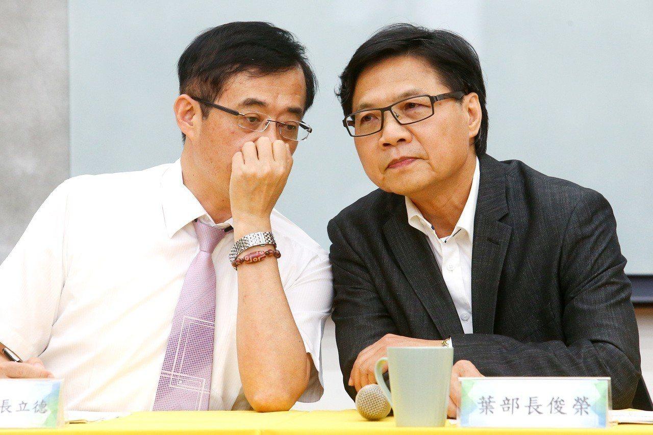 教育部政務次長姚立德(左)未進一步回應台大校長當選人管中閔的三問,他說,教育部長...