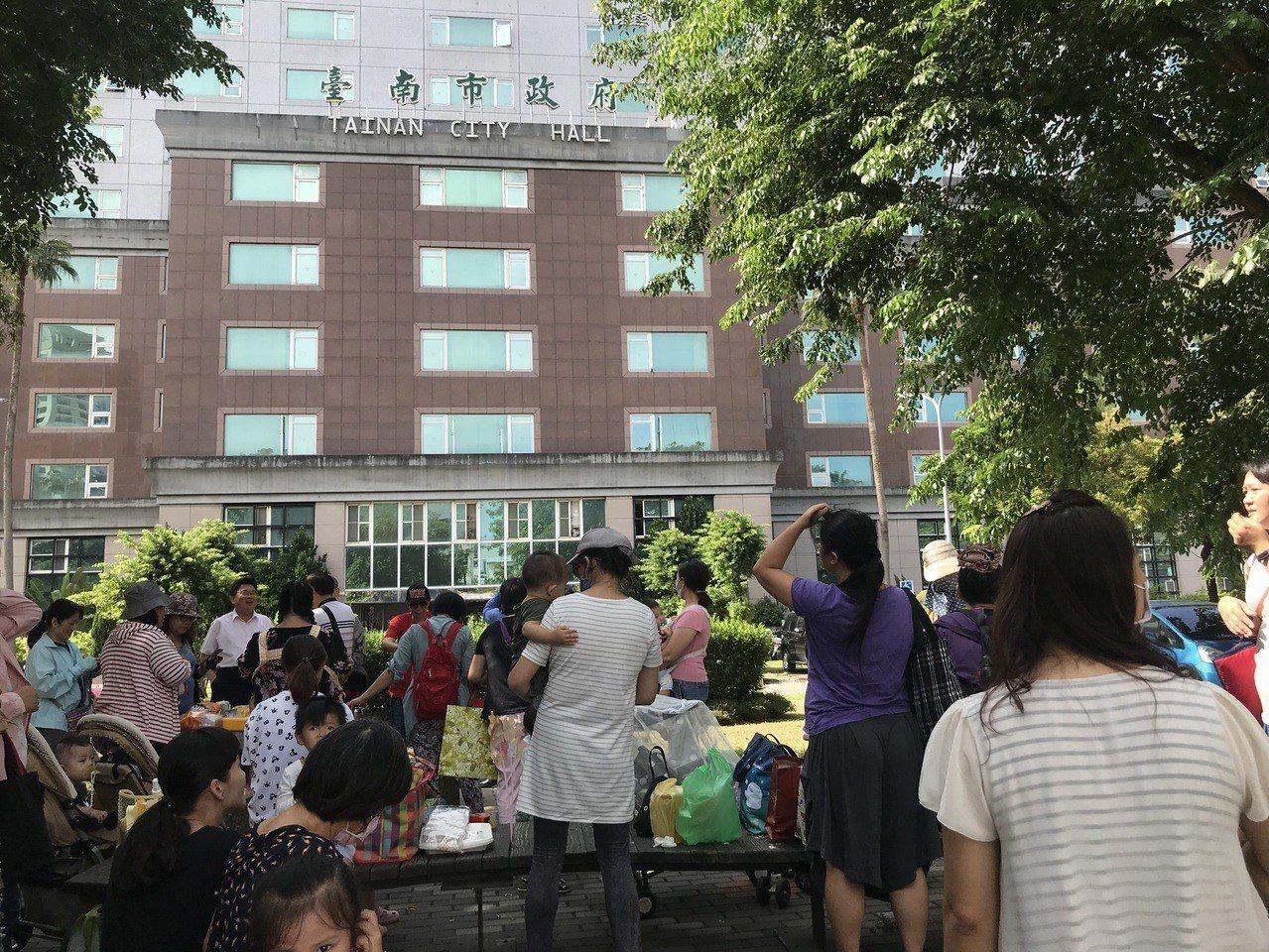 約30名保母今天上午到台南市政府前快閃野餐,表達對托育新制的不滿。記者鄭維真/攝...