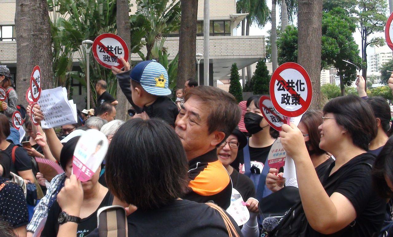 台灣保母總會、高雄市褓姆協會不滿政府推動的準公共化托育政策,今天在高雄市政府四維...