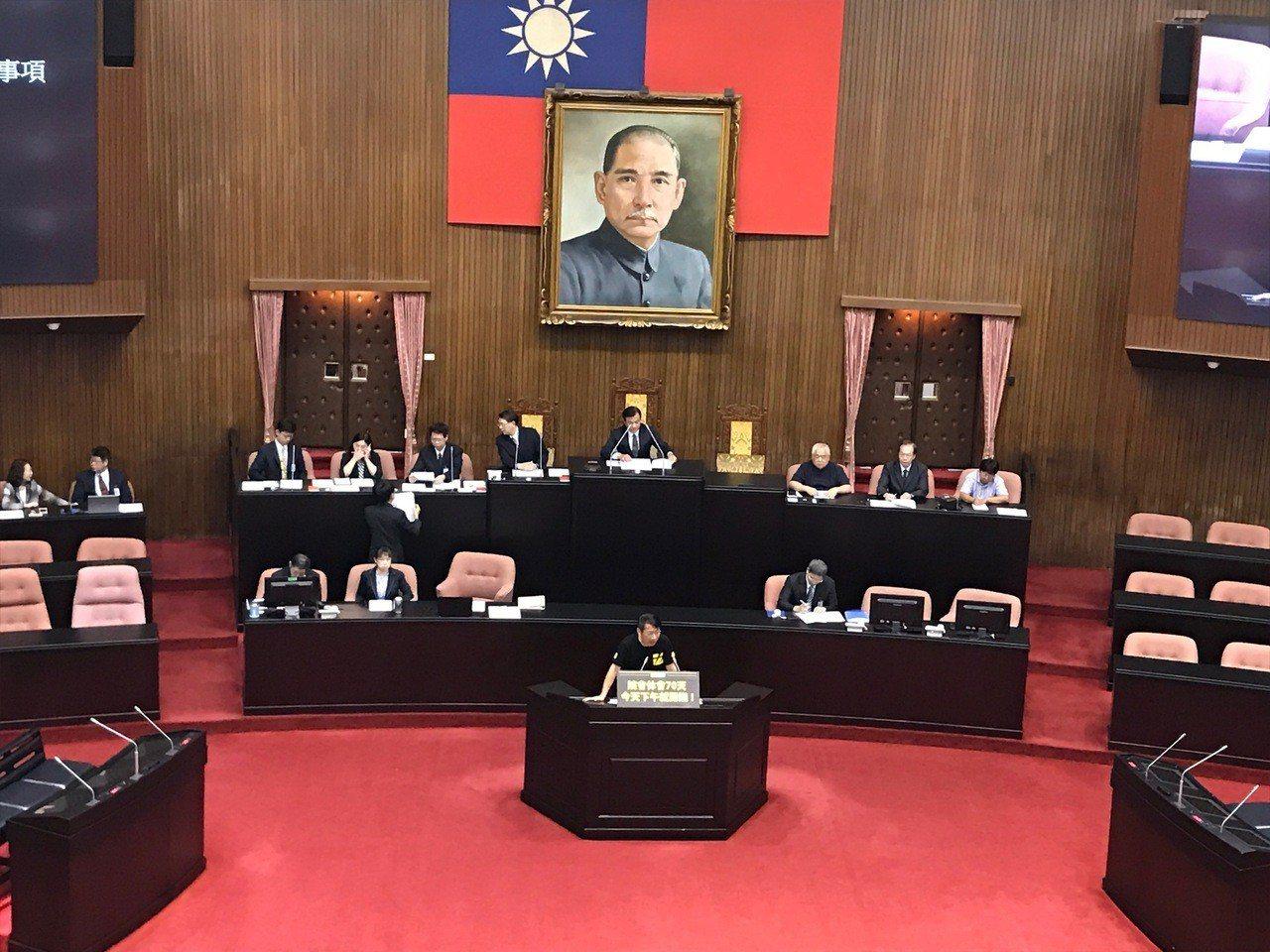 立法院今天上午召開全院談話會討論開議日相關事宜,時代力量黨團主張今天下午就開議,...