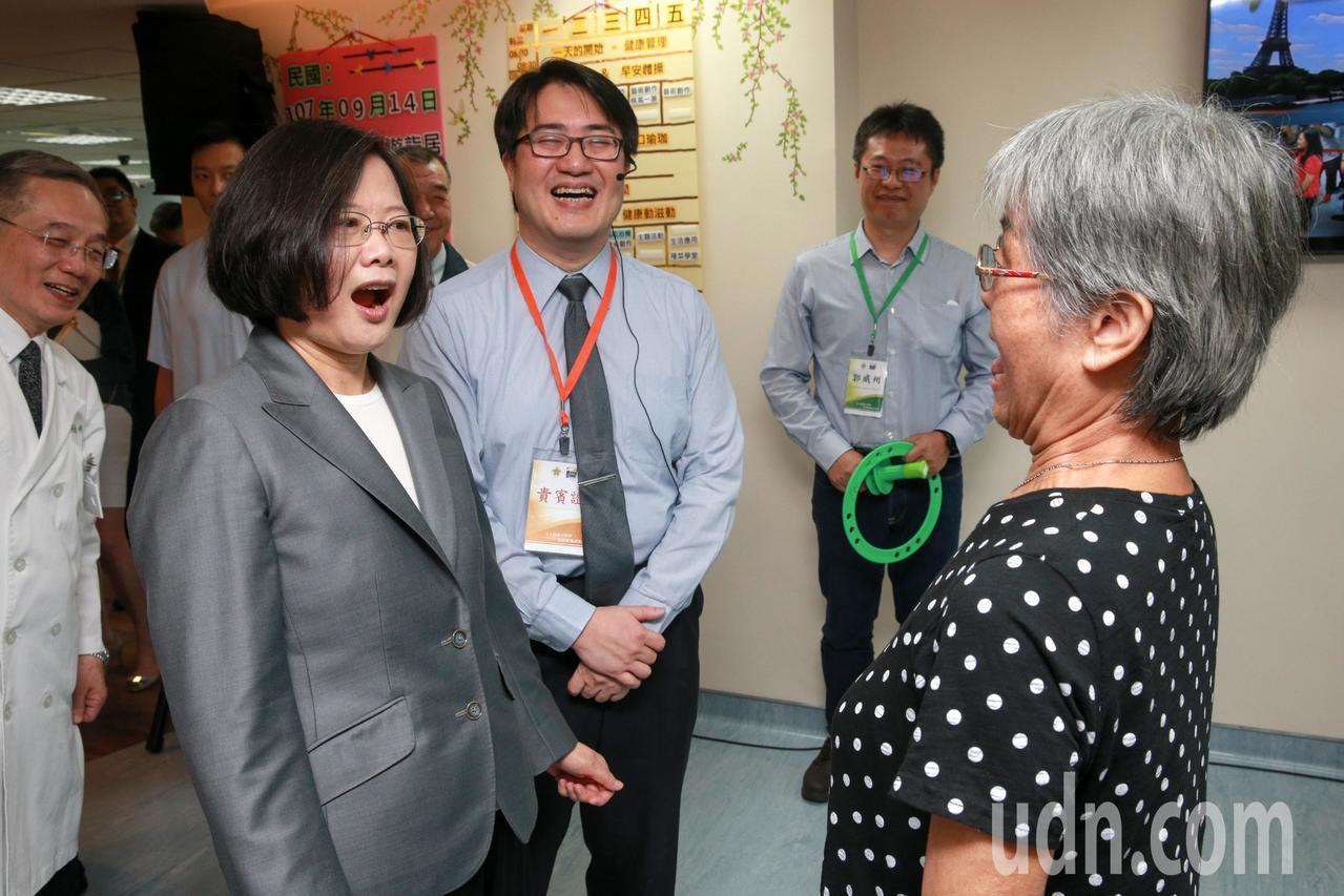 蔡英文總統(前左)上午在台北榮民總醫院日間照顧中心,出席「全人創新日照暨長照推動...