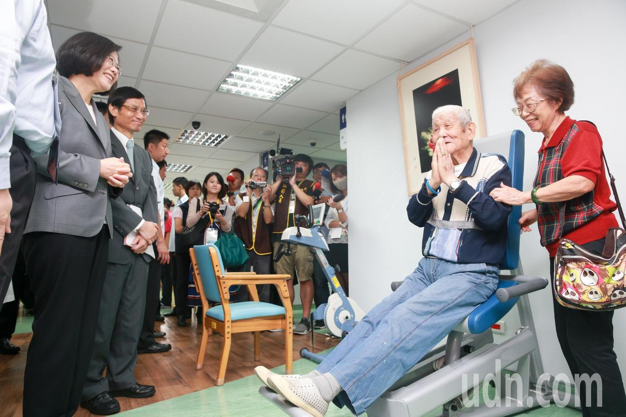蔡英文總統(左一)上午在台北榮民總醫院日間照顧中心,出席「全人創新日照暨長照推動...