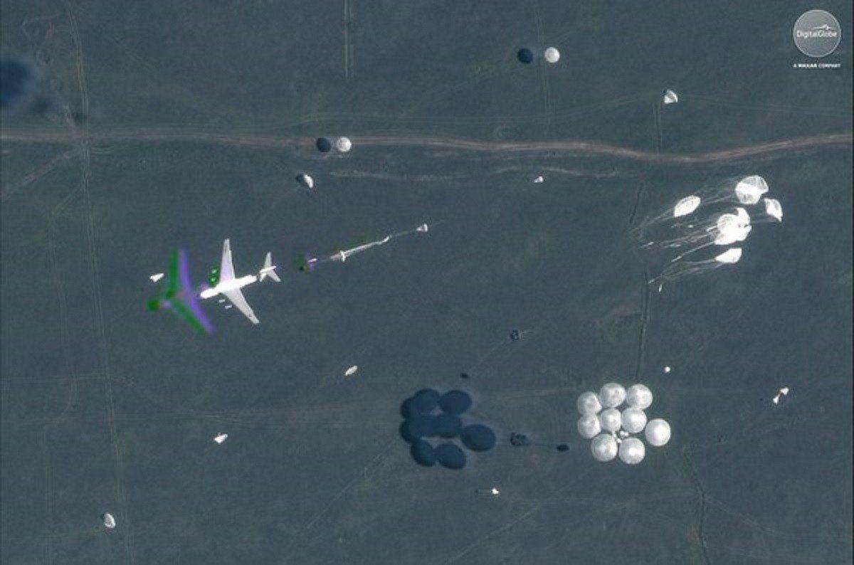 衛星還拍到俄羅斯空軍伊爾-76運輸機空投空降兵(VDV)傘兵戰車,人員和設備的畫...