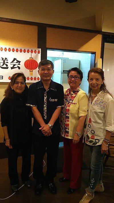 今年6月蘇啟程(左二)在沖繩接受在日友人的歡送。圖/擷自蘇啟誠臉書