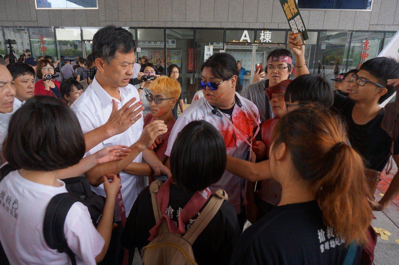 黎明幼兒園自救會今早到市府抗議,警方驅離時發生推擠。記者洪敬浤/攝影