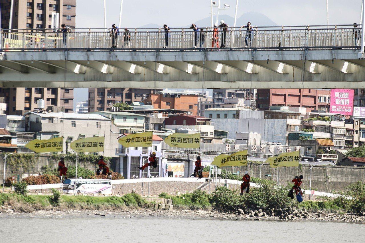 綠色和平今到新北新月橋,用吊掛方式要求民進黨新北市長參選人蘇貞昌,明確回應是否支...