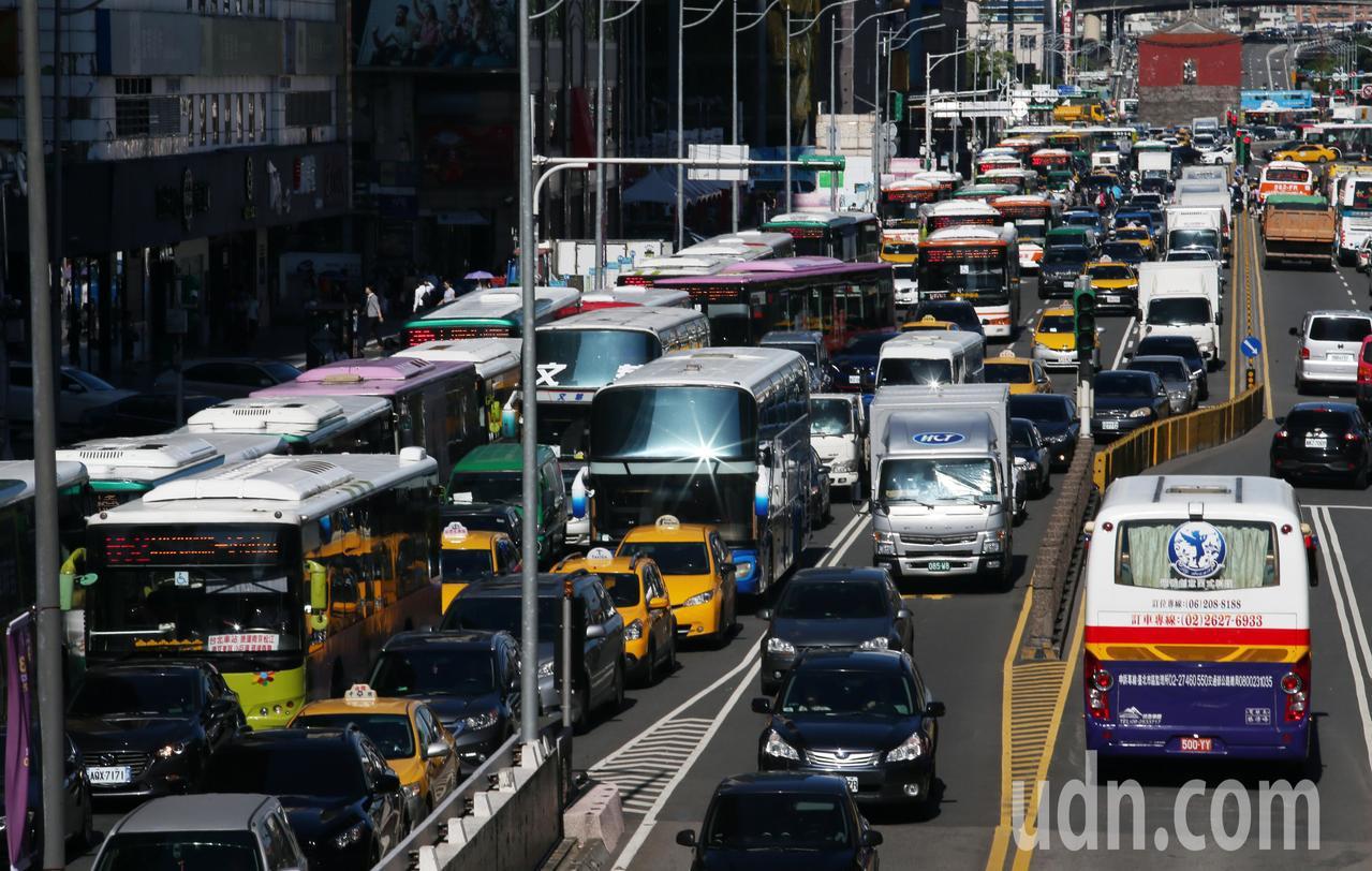 全國老車自救會不滿《空汙法》修法,上午到台北抗議,近百輛老車停在立法院前中山南路...