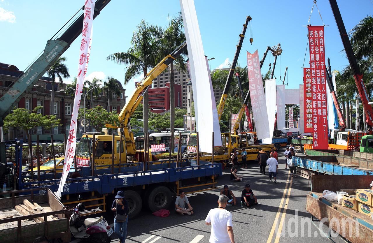 全國老車自救會不滿《空汙法》修法,上午到台北抗議。記者杜建重/攝影