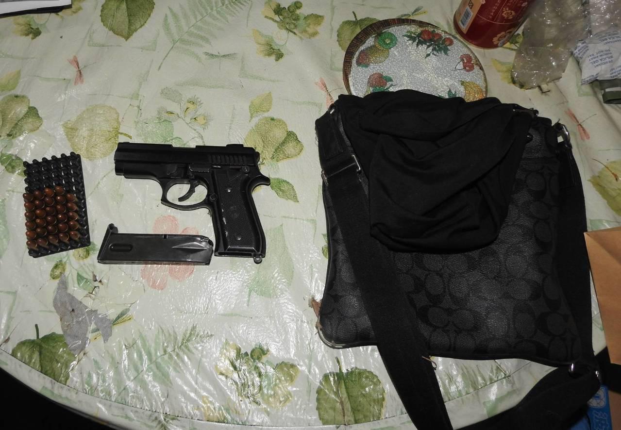 桃園市大園區一名男子在家玩槍射傷大腿,未規避刑責、向警消謊稱路邊遭槍擊,經警方調...