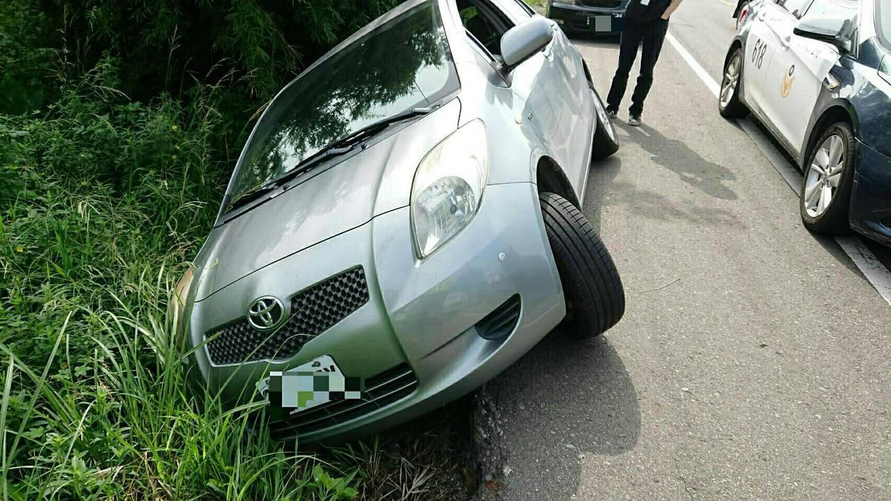 桃園市一名吳姓男子昨日上班途中,經過大溪區產業道路,倒車時沒注意導致車輛滑落產業...