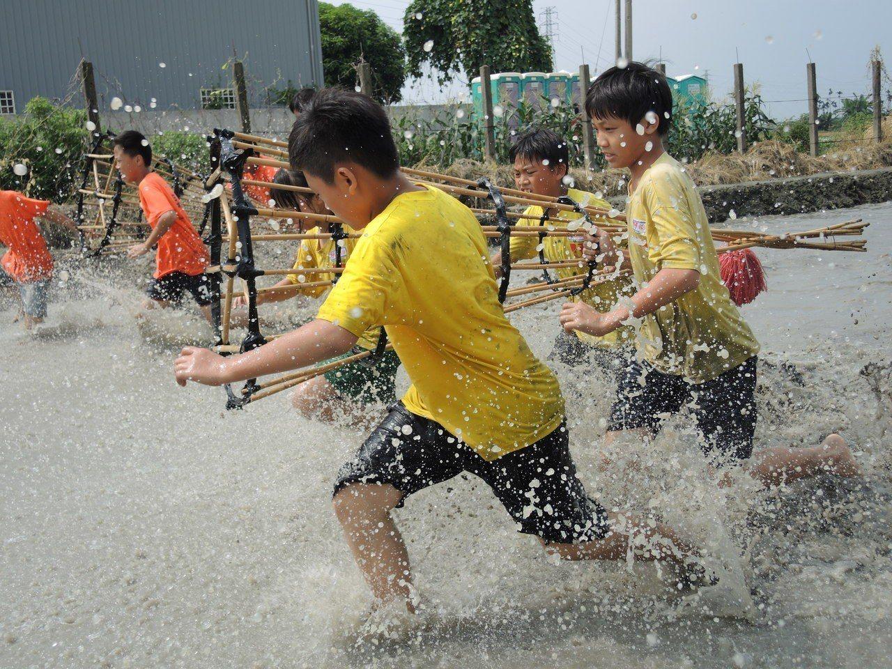 為傳承逐漸被遺忘的搶水文化,雲林縣林內鄉今天舉辦為期二天的搶水比賽,首日由學生組...