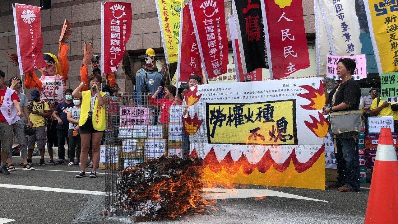勞權公投聯盟今日公布公投連署份數,並用火燒連署書,象徵「勞權火種不熄」。記者陳妍...