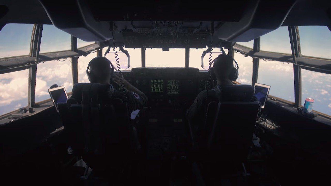 颶風獵人每天凌晨駕駛WC-130運輸機出勤,機上配有先進的感測儀器,可以接收氣象...