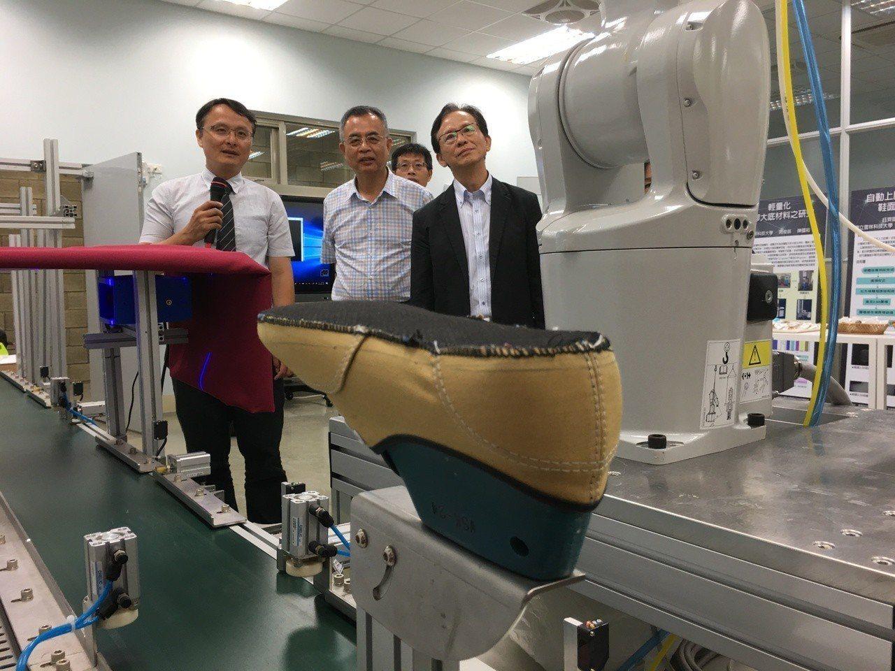為培育製鞋高階研發人才,並研發製鞋軟體,鈺齊國際公司投資雲林科技大學,共同成立先...