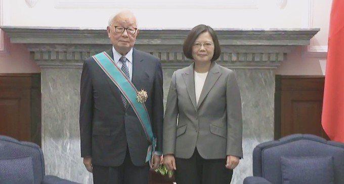 總統蔡英文(右)頒授「一等卿雲勳章」給台積電創辦人張忠謀(左)。 圖/總統蔡英文...