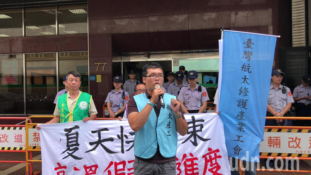 工會團體到勞動部抗議,要求將高溫假納天災入法。記者陳妍霖/攝影