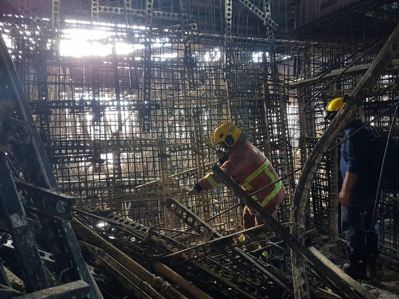 新北市新莊區中央路736號對面工地24樓建築物的15、16樓昨晚全面燃燒,火場內...