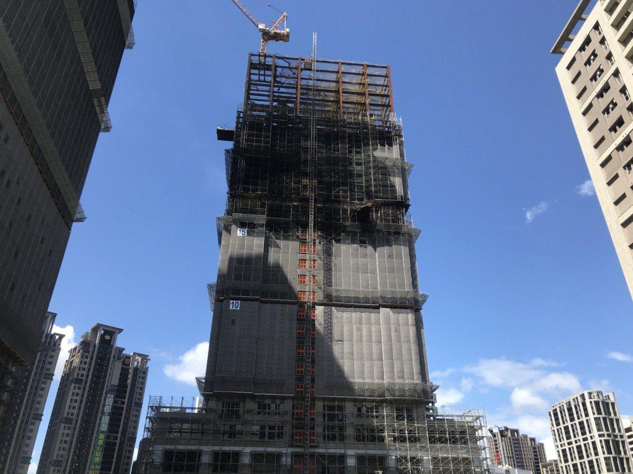 新北市新莊區中央路736號對面工地24樓建築物的15、16樓昨晚全面燃燒,迄今仍...