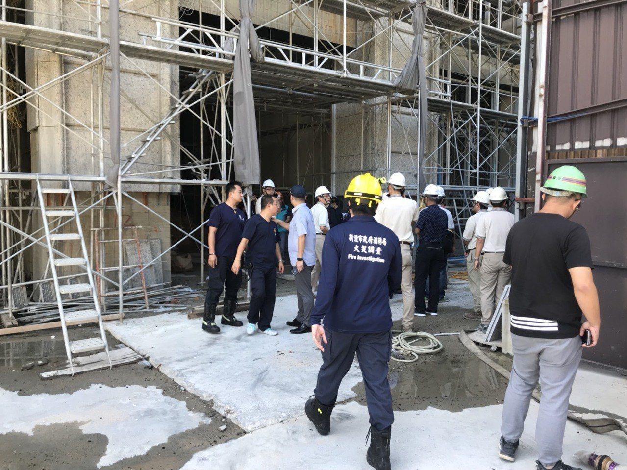 新北市工務局局施工科科長、結構技師、建築師公會技師、火調科人員進入大樓15樓會勘...