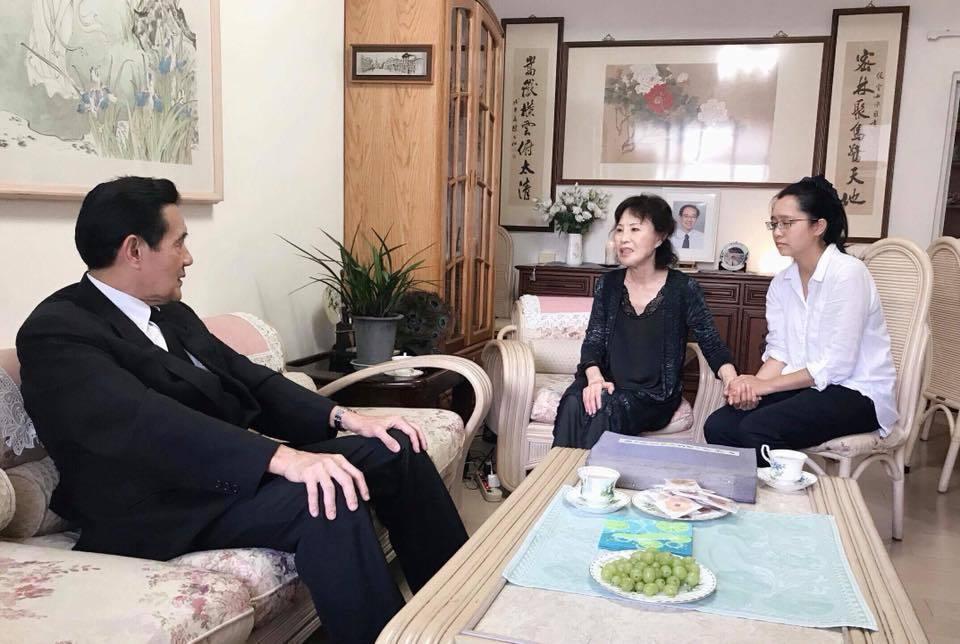 前總統馬英九(左)在本月10日到行政院不當黨產處理委員會委員楊偉中位於新店的老家...