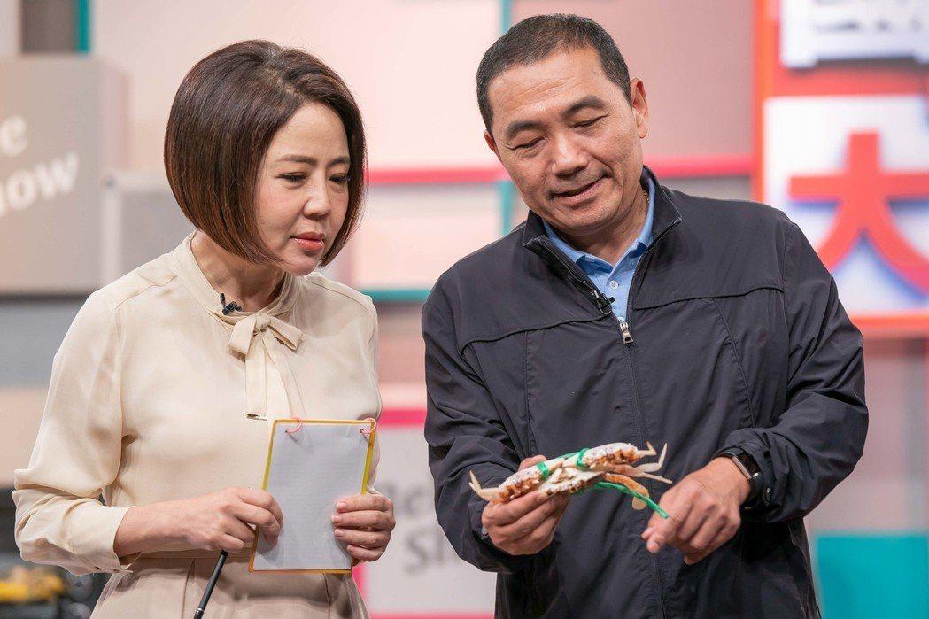 侯友宜向于美人介紹螃蟹。圖/TVBS提供