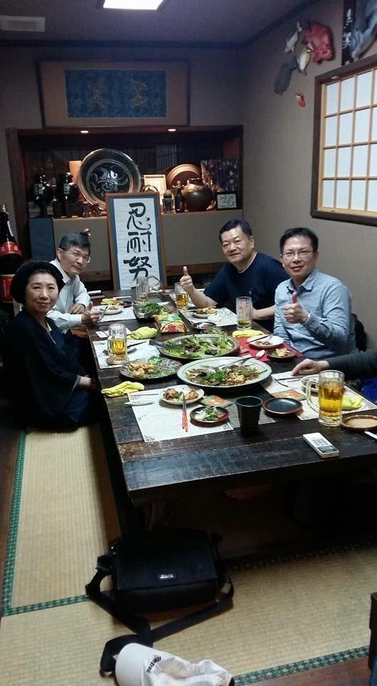 魏木村(右2)幾年前推動與日本沖繩交流事宜,當時任職那霸辦事處長的蘇啟誠(左2)...