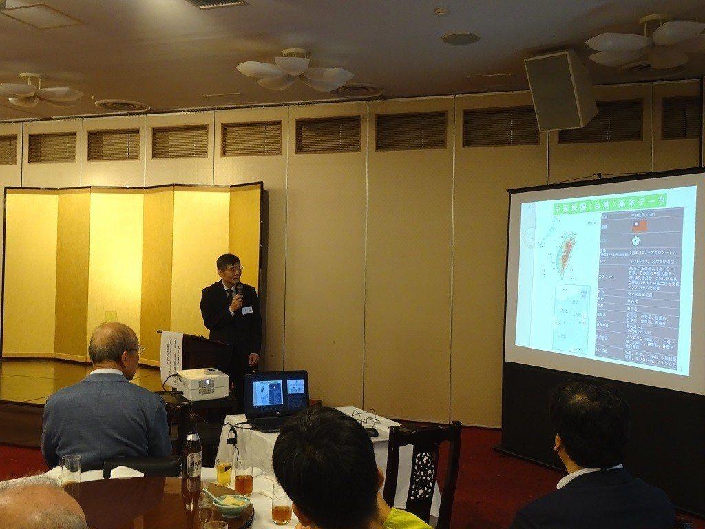蘇啟誠在神戶日華實業協會交流例會演講台日關係。圖/取自駐大阪辦事處網頁