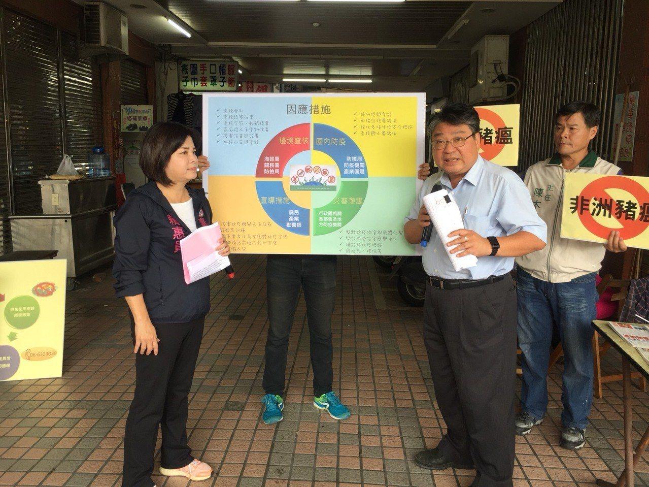 台南市議員賴惠員 (左一)與動物防疫保護處副處長莊惟超(左二)在新營第一公有零售...
