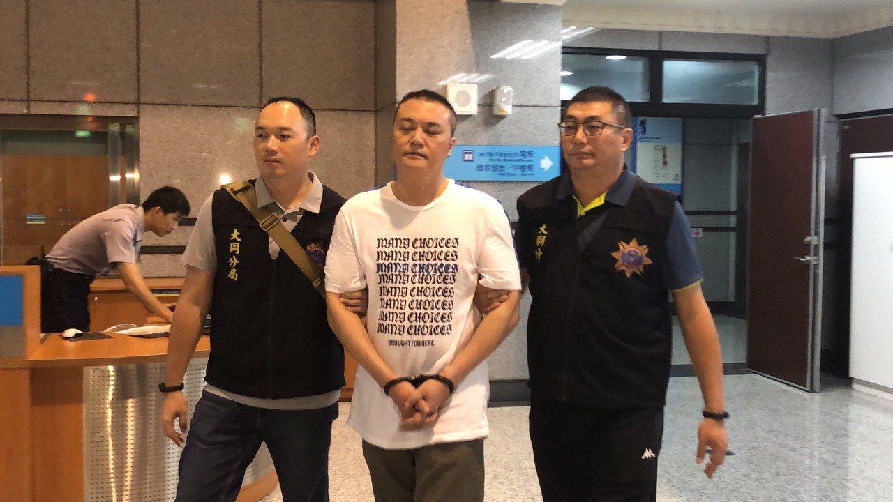 警方逮捕以陳姓男子(中)為首的詐騙集團。本報資料照片/記者李承穎攝影