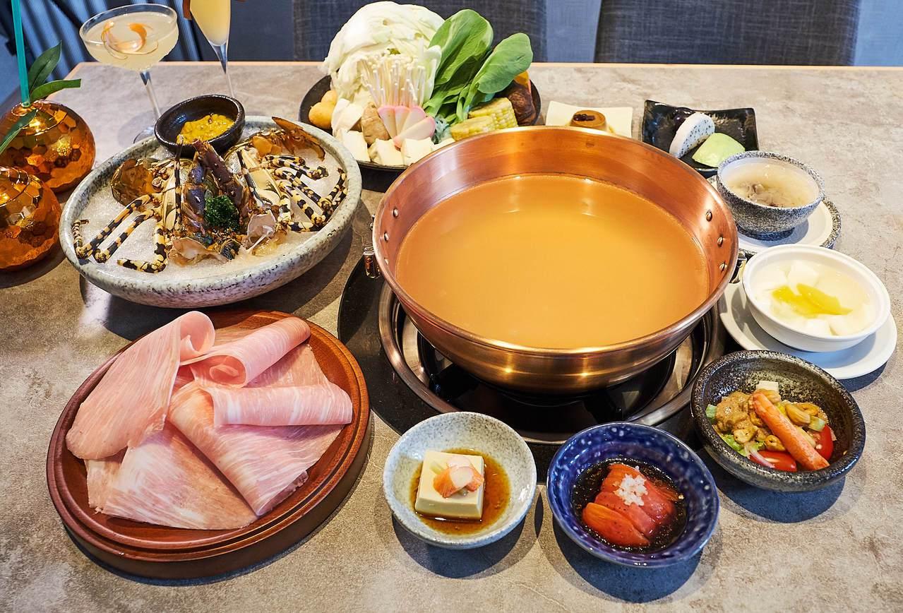 橘色活龍蝦兩人份套餐,搭配頂級松阪豬肉,售價4,800元。圖/橘色提供