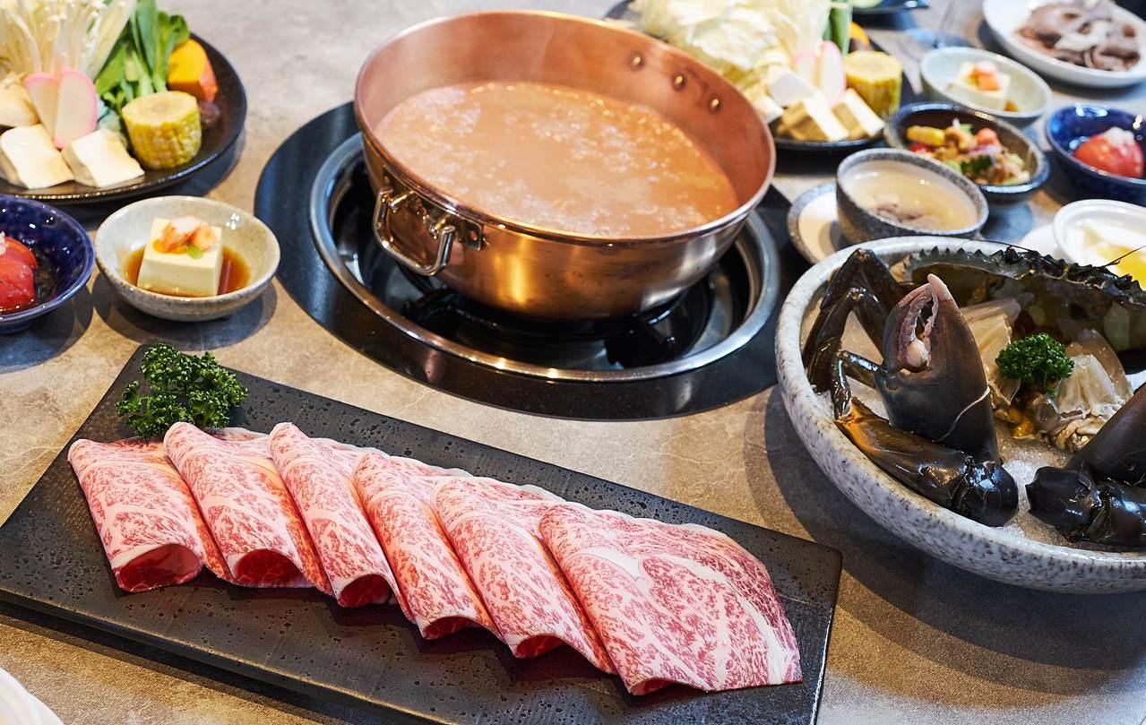 橘色頂級日本松阪和牛套餐(左),售價4,200元;和風青蟳套餐(右),1,780...