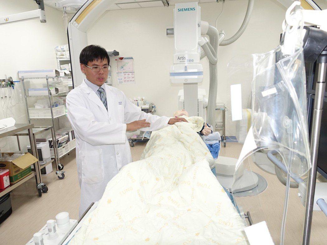 屏東醫院心臟內科主治醫師李孟光說明心臟血管阻塞的救援過程。記者翁禎霞/攝影