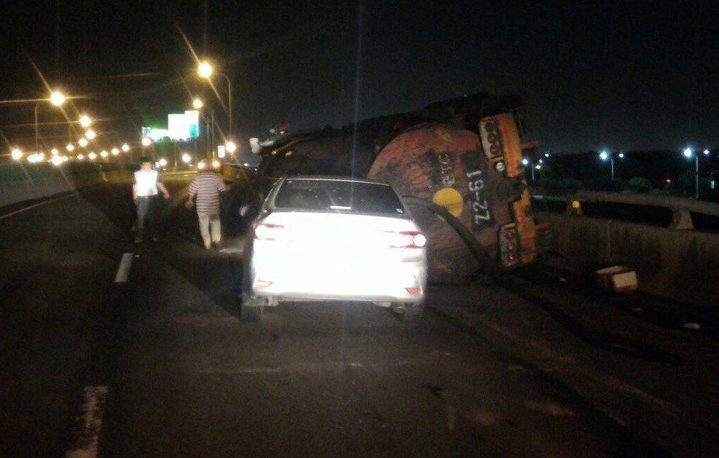 彰化縣西濱快速公路(台61線)鹿港段昨晚發生一輛槽車為閃避前車掉落的H鋼車而翻覆...