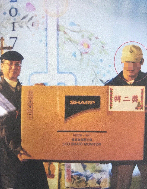 陳男還上台領獎,被拍下得獎照片,成了破案關鍵之一。記者郭宣彣/翻攝