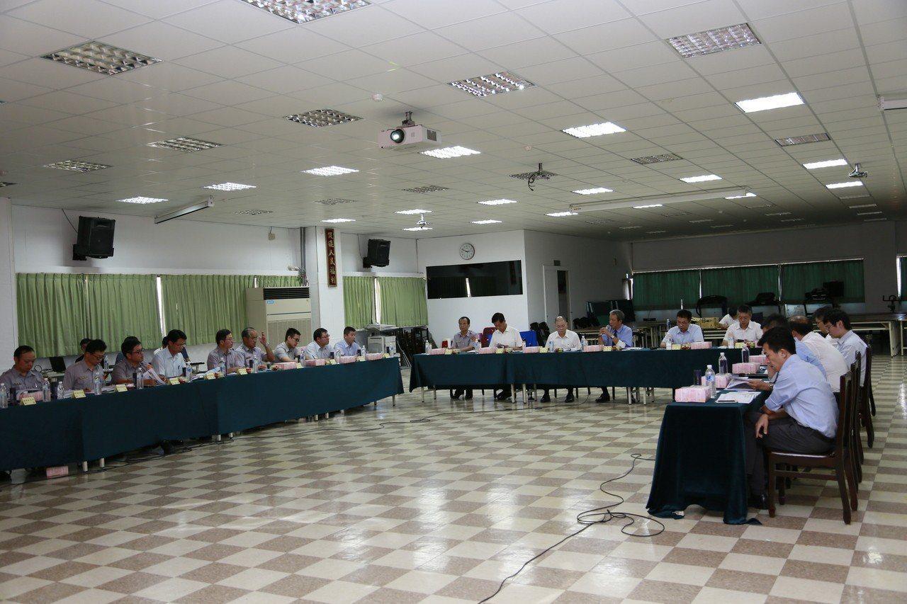 新北地檢署檢察長朱兆民(演講者)前往分局指導查賄要點。記者袁志豪/翻攝