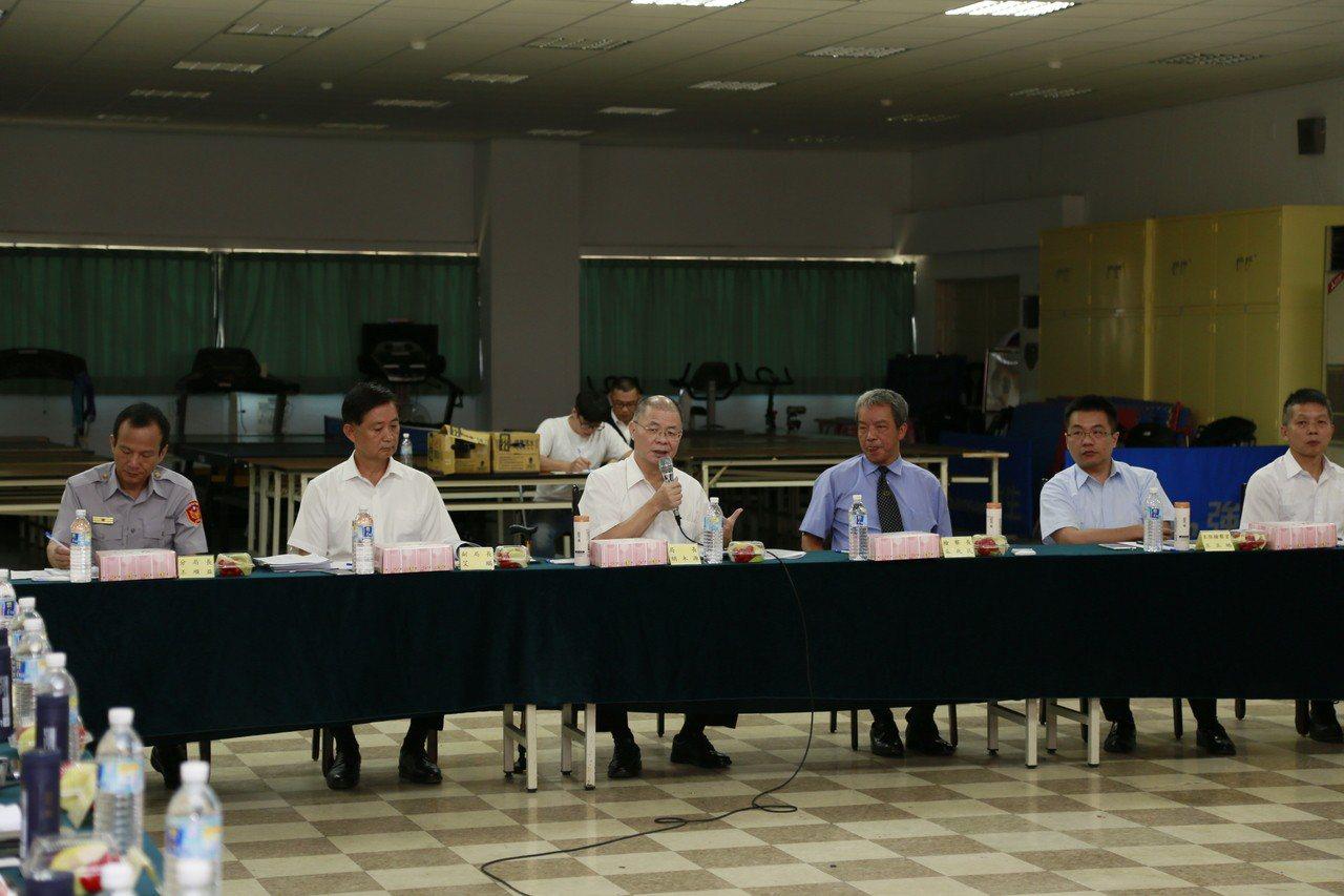新北地檢署檢察長朱兆民(右三)、新北市警察局長胡木源(左三)。記者袁志豪/翻攝