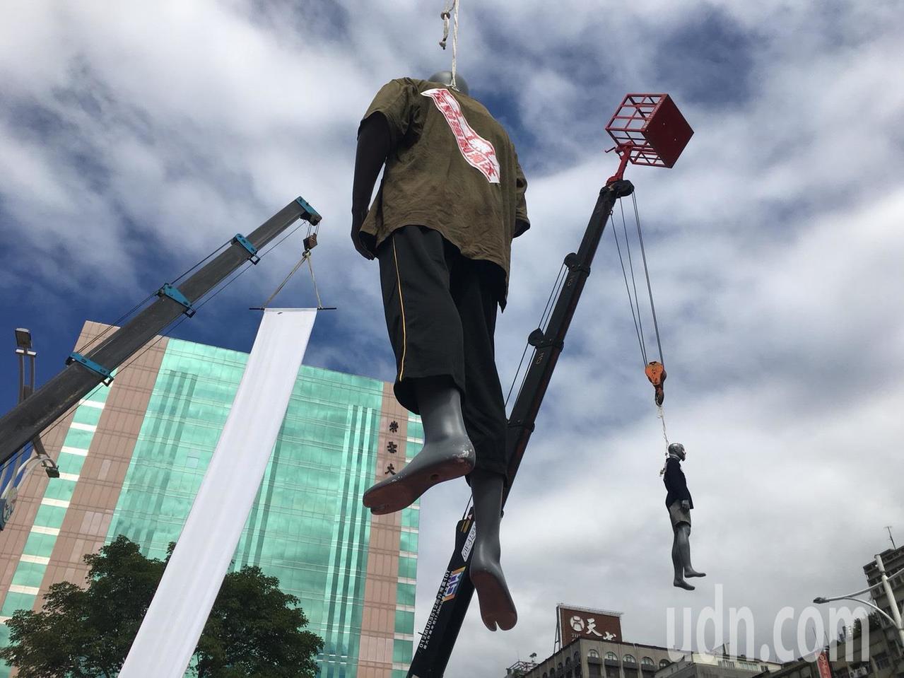 抗議群眾用吊車吊起貼有李應元等人肖像的假人。記者李隆揆/攝影