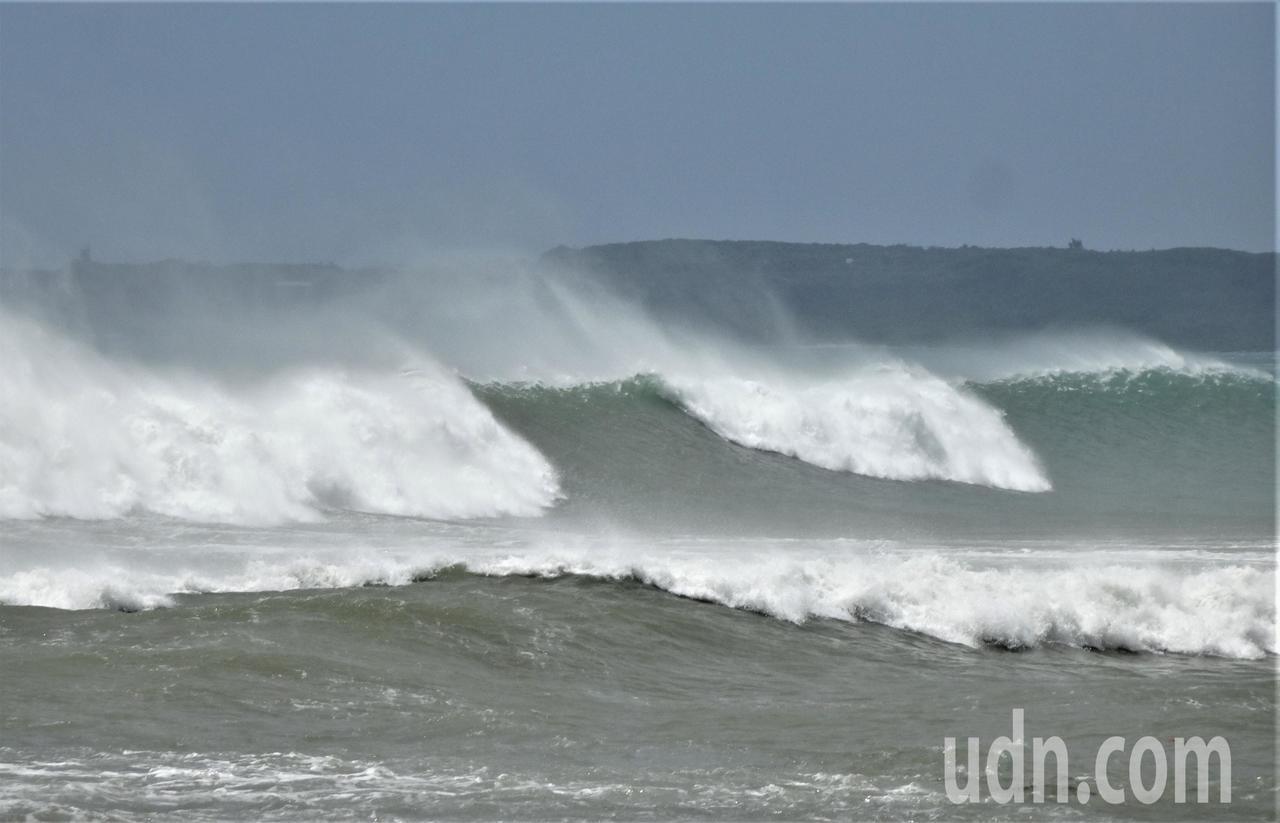山竹強颱擦過屏東恆春半島,在墾丁海岸掀起逾2公尺高長浪。記者潘欣中/攝影