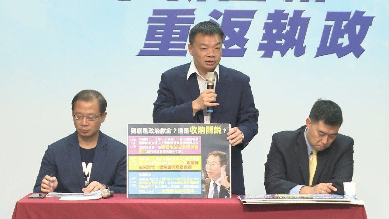 國民黨台南市長參選人高思博上午召開記者會,指控十年前有廠商用400萬元買通當時擔...