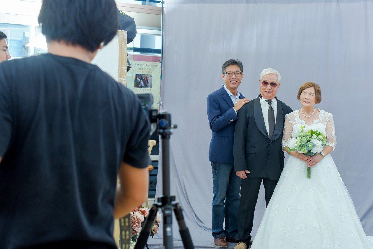 口湖鄉請來專業攝照師為金婚和鑽石婚老夫妻拍婚紗照,捕捉幸福一刻超開心。圖/口湖鄉...
